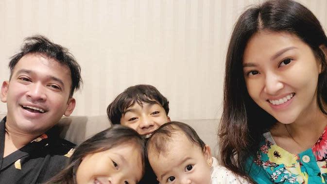 Mengikuti saran pemerintah untuk tetap di rumah, Ruben membagikan kegiatan bersama keluarganya. Ruben membagikan potret bermain lompat karet dengan istri dan anak-anaknya. (Instagram/ruben_onsu)