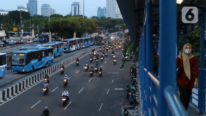 Warga melintas di JPO menuju halte transjakarta Harmoni, Jakarta, Kamis (1/10/2020). Pemberlakuan PSBB II berdampak pada menurunya pengguna transjakarta, pada minggu kedua penerapan PSBB II, 21-27 September 2020 lalu jumlah penumpang transjakarta tercatat 1.679.837. (Liputan6.com/Helmi Fithriansyah)