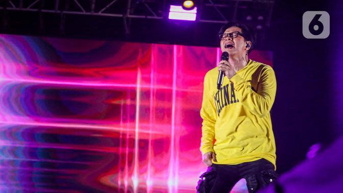 Penampilan penyanyi Armand Maulana pada hari kedua konser New Live Experience 2020 di Parkir Barat JIExpo Kemayoran, Jakarta, Minggu (30/8/2020). Dalam penampilannya, Armand membawakan beberapa lagu hits dari album terbaiknya. (Liputan6.com/Faizal Fanani)