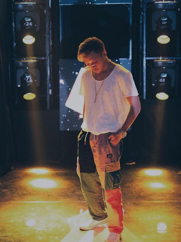 Rizky memang sering terlihat mengenakan kaus untuk tampil kasual. Pasalnya, kaus yang dikenakannya adalah hasil dari produksi usahanya yaitu RFAS. Rizky juga memadukan gaya kasualnya dengan celana cargo vintage, membuatnya tampil modis.(Liputan6.com/IG/@rizkyfbian)