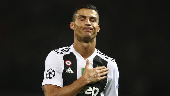 1. Cristiano Ronaldo (Juventus) - Terlahir dari ayah seorang tukang kebun dan ibu tukang masak membuat Ronaldo kecil hidup pas pasan. Bakat luar biasa di sepak bola membuat bintang Portugal itu terlepas dari kemiskinan. (AP/Dave Thompson)