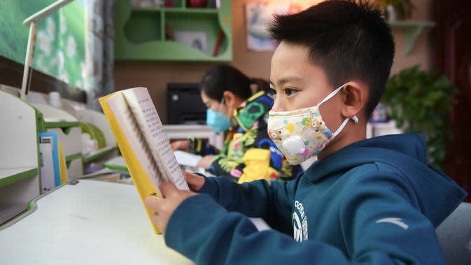 Wang Congyang membaca di rumah ketika administrasi pendidikan setempat menyarankan para siswa untuk mengurangi bepergian ke luar dan menghindari keramaian di tengah merebaknya coronavirus baru di Wilayah Yunyang, Chongqing, China barat daya, pada 6 Februari 2020. (Xinhua/Wang Quanchao)