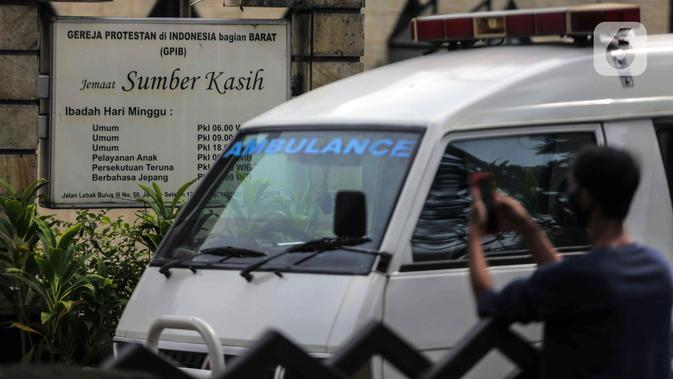 Mobil ambulans terparkir saat pelepasan jenazah Glenn Fredly di Gereja Sumber Kasih, Lebak Bulus, Jakarta, Kamis (9/4/2020). Glenn Fredly meninggal dunia pada 8 April 2020 malam di sebuah rumah sakit di Jakarta Selatan. (Liputan6.com/Faizal Fanani)
