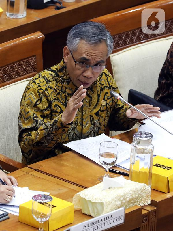 Ketua Dewan Komisioner OJK Wimboh Santoso menyampaikan pemaparan saat rapat dengan Komisi XI DPR terkait pembenahan Jiwasraya di Kompleks Parlemen, Jakarta, Rabu (22/1/2020). Rapat tersebut juga membahas tentang pengawasan industri jasa keuangan. (Liputan6.com/Johan Tallo)