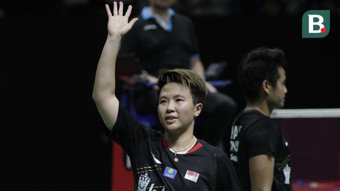 Liliyana Natsir melambaikan tangan usai mengakhiri karier profesional sebagai pebulutangkis di Indonesia Masters 2019. (Bola.com/Muhammad Iqbal Ichsan)