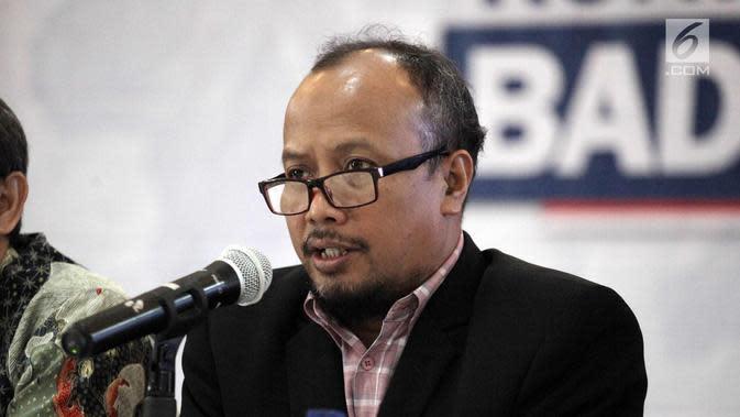 Ketua Pengurus Harian YLKI Tulus Abadi (kanan) memberi keterangan terkait pelanggaran produk Viostin DS dan Enzyplex mengandung DNA Babi, Jakarta, Senin (5/2). BPOM RI juga telah mancabut nomor izin edar kedua produk tersebut. (Liputan6.com/Arya Manggala)