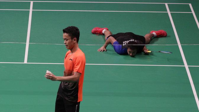 Tunggal putra Indonesia, Anthony Ginting, memegang kok saat melawan Soong Joo Ven pada final beregu SEA Games 2019 di Multinlupa Sport Center, Rabu (4/12). Ginting menang 13-21, 21-15, dan 21-18. (Bola.com/M Iqbal Ichsan)