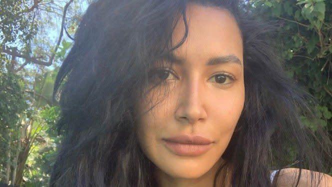 Ikut Dalam Pencarian, Ibu Naya Rivera Berlutut di Tepi Danau