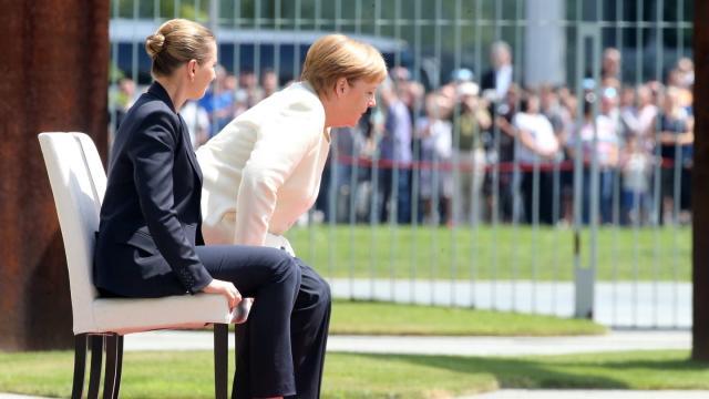 In sitzender Position verfolgen Angela Merkel und die dänische Ministerpräsidentin Mette Frederiksen das Abspielen der Nationalhymnen. Foto: Wolfgang Kumm