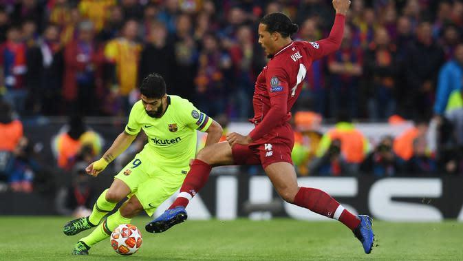 Penyerang Barcelona, Luis Suarez berusaha melewati bek Liverpool, Virgil van Dijk pada pertandingan leg kedua semifinal Liga Champions di Anfield di Liverpool, Inggris pada 7 Mei 2019. (AFP/Paul Ellis)