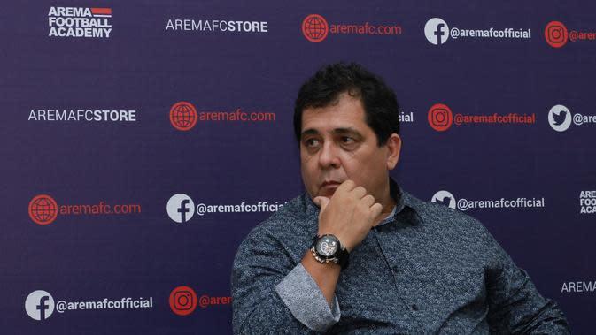 Pelatih baru Arema FC, Carlos Oliveira. (Bola.com/Iwan Setiawan)