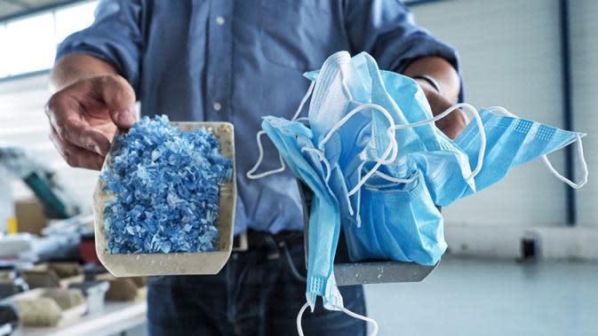 Co-founder Plaxtil, Olivier Civil menunjukkan transformasi masker menjadi bahan robek di Chatellerault, Prancis, 25 Agustus 2020. Startup di Prancis, Plaxtil, mendaur ulang masker dan plastik untuk dijadikan pelindung wajah, pembuka pintu, dan pengencang masker. (GUILLAUME SOUVANT/AFP)