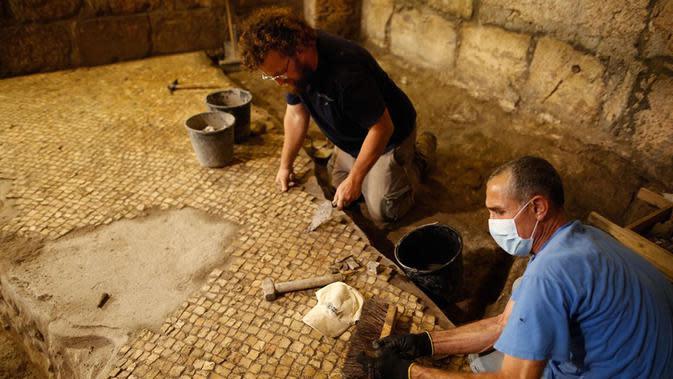 Tim arkeolog Israel bekerja di sebuah situs penggalian arkeologi di Yerusalem (19/5/2020). Para arkeolog Israel berhasil menemukan sistem bawah tanah unik berusia sekitar 2.000 tahun yang dipahat di batuan dasar dekat Western Wall Plaza di Yerusalem kuno. (Xinhua/Gil Cohen Magen)