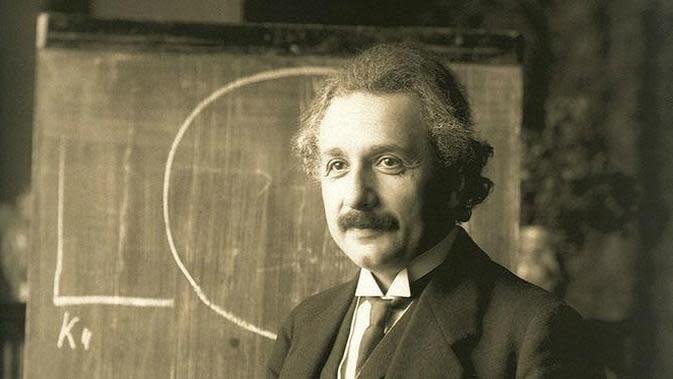 Albert Einstein saat memberikan kuliah di Wina pada 1921. (Public Domain)