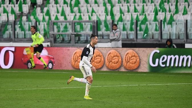 Pemain Juventus, Cristiano Ronaldo, berlari di lapangan saat stadion kosong tanpa penonton menyusul merebaknya wabah virus Corona di Italia dan mempengaruhi jalannya pertandingan melawan Inter Milan di Juventus Stadium, Turin, Senin (9/3/2020) WIB. (Vince