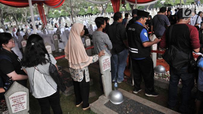 Warga antre untuk berziarah ke makam Presiden ketiga RI BJ Habibie di TMP Kalibata, Jakarta, Kamis (12/9/2019). Hingga sore hari, warga terus berdatangan ke TMP kalibata untuk dapat berkesempatan mendoakan almarhum BJ Habibie. (merdeka.com/Iqbal Nugroho)