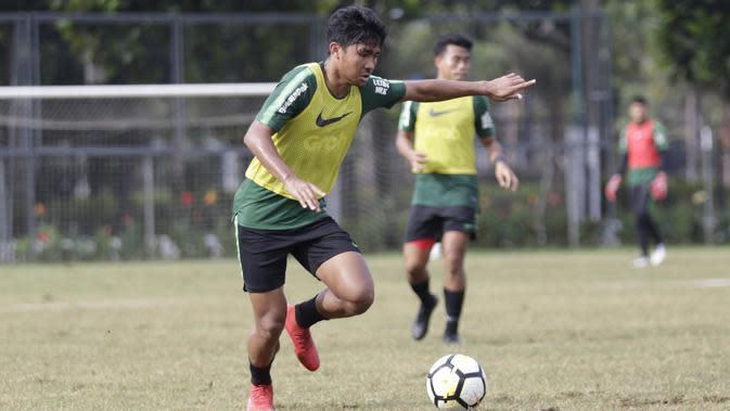 Pemain Timnas Indonesia U-23, Asnawi Mangkualam, berusaha mengirim umpan saat latihan di Stadion Madya, Jakarta, Kamis (14/3). Latihan ini merupakan persiapan jelang Kualifikasi Piala AFC U-23. (Bola.com/Vitalis Yogi Trisna)