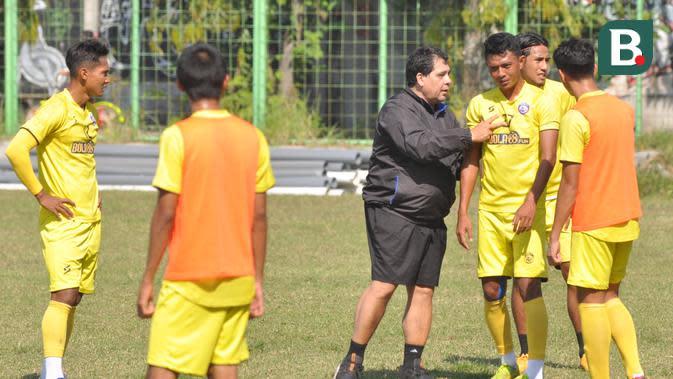 Pelatih Arema FC, Carlos Oliveira, memberikan instruksi kepada pemain Arema FC dalam sesi latihan pagi, Sabtu (19/9/2020). (Bola.com/Iwan Setiawan)