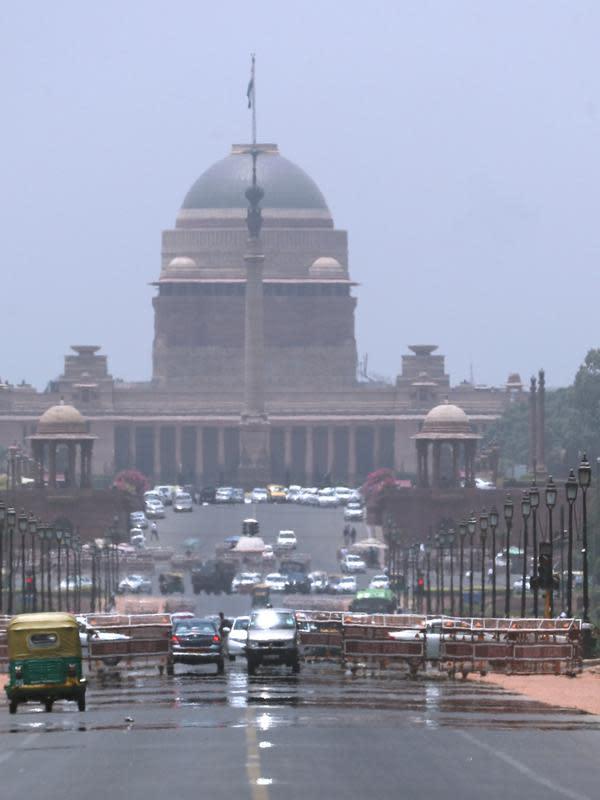 Istana kepresidenan India terlihat ketika kendaraan melintas selama musim panas di New Delhi, India (10/6/2019). Kondisi gelombang panas yang parah menyapu bagian utara dan barat India dengan suhu maksimum melonjak hingga 48 derajat Celcius ( 118 F). (AP Photo/Manish Swarup)