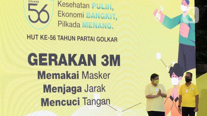 Ketua Umum Partai Golkar Airlangga Hartarto (kiri) saat HUT ke-56 Partai Golkar di Jakarta, Sabtu (17/10/2020). Partai Golkar mendorong masyarakat mematuhi protokol pencegahan penularan COVID-19 melalui 3M yaitu Memakai Masker, Mencuci Tangan, dan Menjaga Jarak. (Liputan6.com/Johan Tallo)