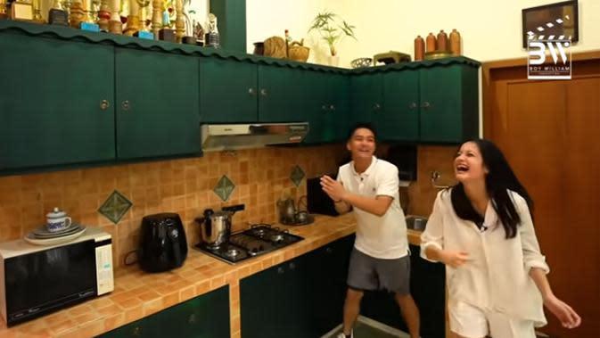 Sebelum melihat-lihat ke belakang rumahnya, Ovi mengajak Boy ke Dapurnya. Terlihat beberapa piala penghargaan berjejer di atas kitchen set milik Ovi saat merintis kariernya. (Youtube/Boy William)