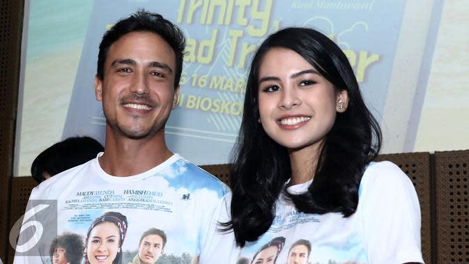 Hamisd Daud dan Maudy Ayunda di acara peluncuran poster film Trinity, The Nekad Traveler. (Herman Zakharia/Liputan6.com)