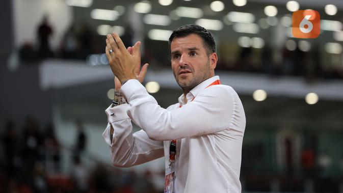 Pelatih Timnas Indonesia, Simon McMenemy, saat membimbing timnya menang 6-0 atas Vanuatu dalam laga uji coba internasional di Stadion Utama Gelora Bung Karno, Senayan, Jakarta, Sabtu (15/6/2019). (Bola.com/Yoppy Renato)