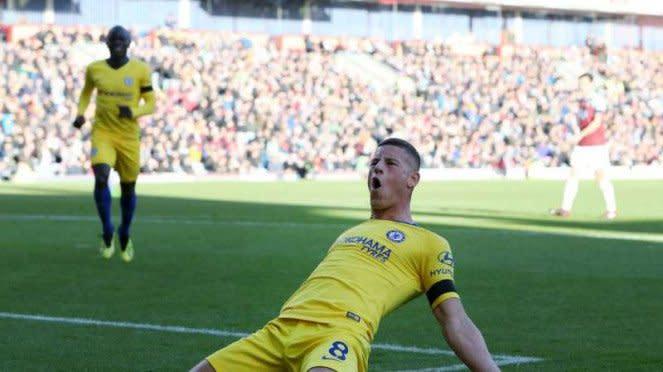 Pemain Chelsea, Ross Barkley rayakan gol ke gawang Burnley