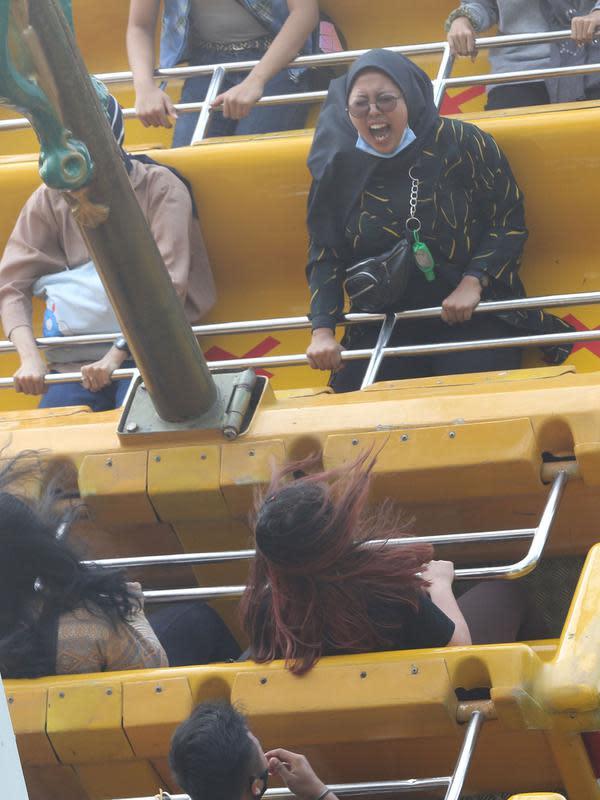 Pengunjung mencoba wahana permainan saat berwisata di Dufan, Ancol, Jakarta, Sabtu (12/9/2020). Pemprov DKI berencana menutup sejumlah tempat rekreasi di antaranya Ancol, Ragunan, Monas, dan Taman Mini Indonesia Indah saat PSBB total pada 14 September mendatang. (Liputan6.com/Herman Zaharia)