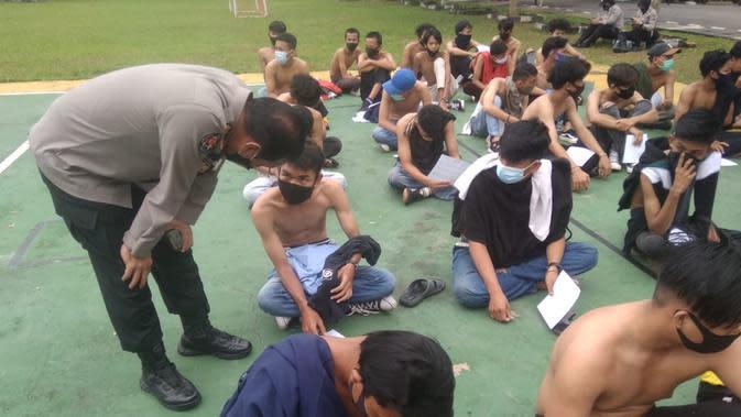 Beberapa pendemo yang didominasi pelajar di Palembang, saat diamankan pihak kepolisian (Liputan6.com / Nefri Inge)