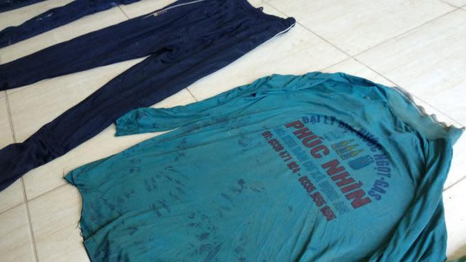 Barang bukti kaos oblong dengan motif bahasa Vietnam, diduga korban milik salah seorang WNA.(Liputan6.com/Ahmad Akbar Fua)