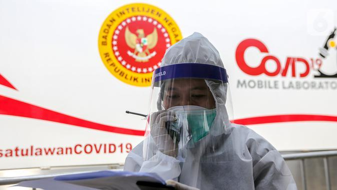 Tenaga medis berkoordinasi saat rapid test massal di Kantor Kelurahan Pondok Betung, Tangerang Selatan, Kamis (14/5/2020). Rapid test massal yang digelar BIN dengan menjemput bola untuk memastikan positif atau tidaknya warga terjangkit Covid-19. (Liputan6.com/Fery Pradolo)