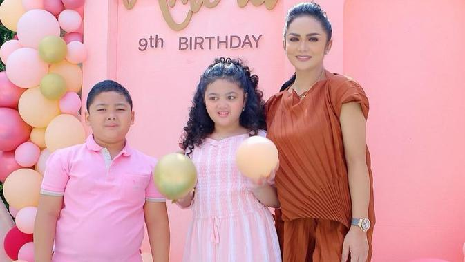 Krisdayanti bersama kedua buah hatinya, Amora dan Kellen di perayaan ulang tahun Amora yang ke-9. (dok. Instagram @krisdayantilemos/https://www.instagram.com/p/CEwie9TAckb/