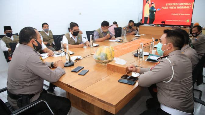 Kapolresta Banyuwangi Kombes Arman Asmara Syarifudin saat menggelar rakor rencana patroli skala besar di posko gugus tugas, Jumat (3/7/2020).