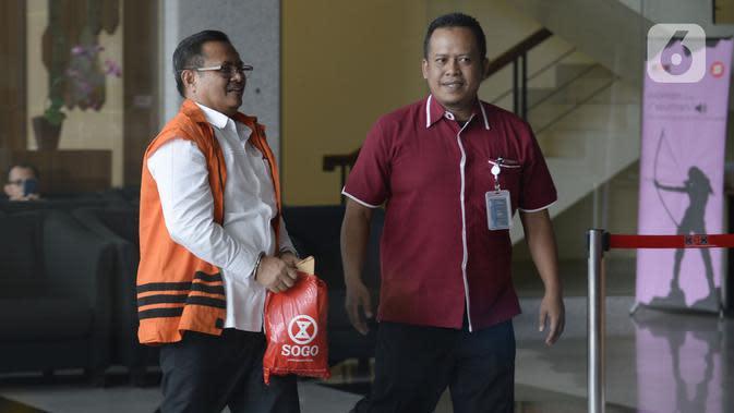 Bupati Indramayu nonaktif, Supendi dikawal petugas akan menjalani pemeriksaan penyidik di Gedung KPK, Jakarta, Kamis (16/1/2020). Supendi diperiksa sebagai tersangka terkait dugaan menerima suap terkait pengaturan proyek dilingkungan Pemerintah Kabupaten Indramayu tahun 2019. (merdeka.com/Dwi Na