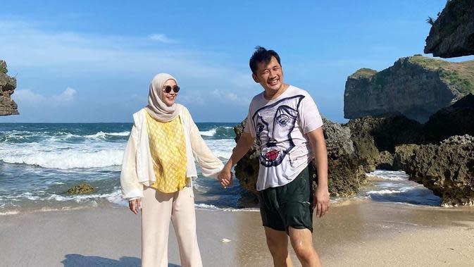 Jelang hari melahirkan, Zaskia Adya Mecca pun diajak ke pantai oleh Hanung Bramanto. Tujuannya, untuk mencari udara segar dan membuat Zaskia relaks sebelum melahirkan anak kelimanya. (Instagram/zaskiadyamecca)