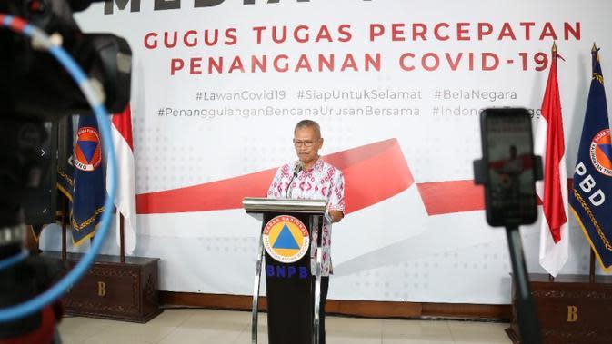 Juru Bicara Penanganan Covid-19 Achmad Yurianto memberikan orang-orang yang terinfeksi Virus Corona penyebab COVID-19 saat konferensi pers di Graha BNPB, Jakarta pada Minggu (22/3/2020). (Dok Badan Nasional Penanggulangan Bencana/BNPB)