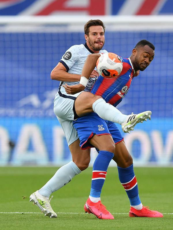 Bek Chelsea, Cesar Azpilicueta (kiri) berebut bola dengan striker Crystal Palace, Jordan Ayew dalam lanjutan Liga Inggris di Selhurst Park, Rabu (8/7/2020) dini hari WIB. Lewat pertarungan ketat, Chelsea berhasil menaklukkan Crystal Palace 3-2. (JUSTIN TALLIS/ POOL / AFP)