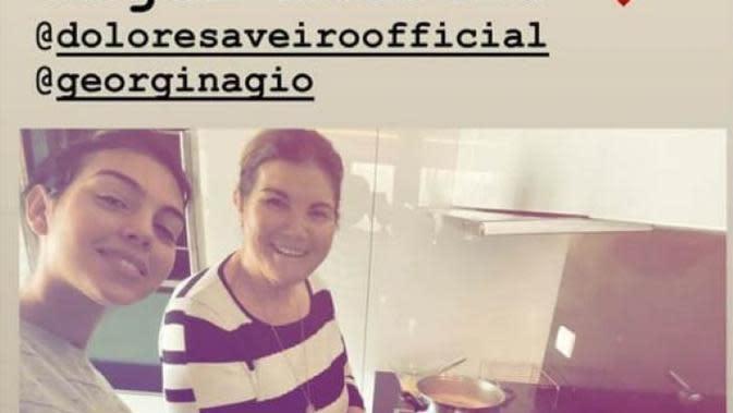 Unggahan Georgina di Insta Story saat memasak bersama ibunda Ronaldo (Instagram/Georgina Rodriguez)