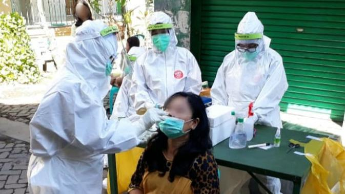 Pelaksanaan tes COVID-19 di Surabaya, Jawa Timur (Foto: Liputan6.com/Dian Kurniawan)