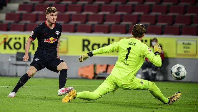 Striker RB Leipzig Timo Werner (kiri) mencetak gol ke gawang FC Koln pada lanjutan Bundesliga di RheinEnergieStadion, Senin (1/6/2020) atau Selasa dini hari WIB. (AFP/Ina Fassbender)