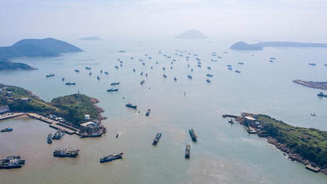 Foto dari udara menunjukkan kapal-kapal penangkap ikan yang berangkat dari sebuah pelabuhan di Wenling, Provinsi Zhejiang, China timur, pada 16 September 2020. Ini menandai berakhirnya larangan penangkapan ikan pada musim panas selama empat setengah bulan di Laut China Timur. (Xinhua/Zhu Haiwei)