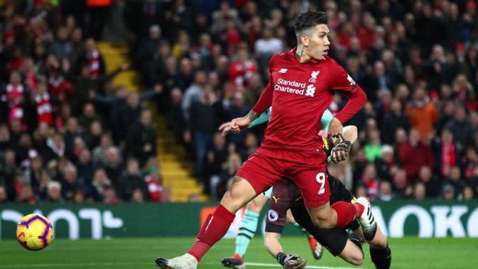 Striker Liverpool, Roberto Firmino, mencetak gol ke gawang Arsenal pada laga Premier League di Stadion Anfield, Sabtu (29/12/2018). (Twitter Liverpool)