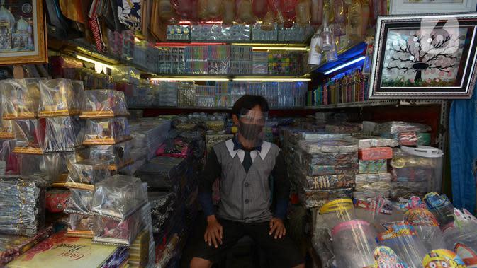 Pedagang memakai masker di Pasar Jatinegara, Kamis (10/9/2020). Pembagian masker serta himbauan memakai masker saat keluar rumah dan ditempat Himb ini dilakukan untuk pencegahan penularan Covid-19 dimana kasus Covid-19 terus meningkat. (merdeka.com/Imam Buhori)