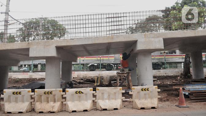 Pekerja menyelesaikan pembangunan Flyover Lenteng Agung, Jakarta, Rabu (26/2/2020). Proyek jalan layang putar arah tersebut diharapkan mampu mengurai kemacetan akibat perlintasan sebidang di kawasan tersebut. (merdeka.com/Iqbal Nugroho)