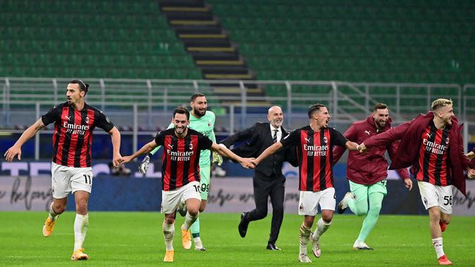 Pemain AC Milan merayakan merayakan kemenangan atas Inter Milan pada laga lanjutan Liga Italia di Stadion San Siro, Sabtu (17/10/2020) malam WIB. Dalam laga Derby Della Madonnina ini, AC Milan menang 2-1 atas Inter Milan. (AFP/Miguel Medina)