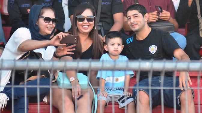 Esteban Vizcarra memboyong anak dan istri, menonton dari tribune Aremania pada laga Persija Jakarta versus Arema Cronus, Jumat (25/3/2016) di Stadion I Wayan Dipta, Gianyar. (Bola.com/Iwan Setiawan).