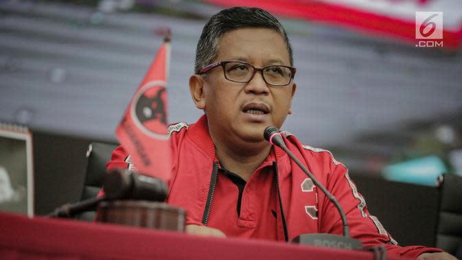 Sekjen DPP PDIP Hasto Kristiyanto memberi keterangan terkait Pemilu 2019 saat jumpa pers di Kantor DPP PDIP, Jakarta, Selasa (16/4). Kelima, Ketum PDIP Megawati Soekarnoputri memerintahkan jajarannya memenangkan pilpres dan pileg sebagai satu tarikan napas perjuangan. (Liputan6.com/Faizal Fanani)