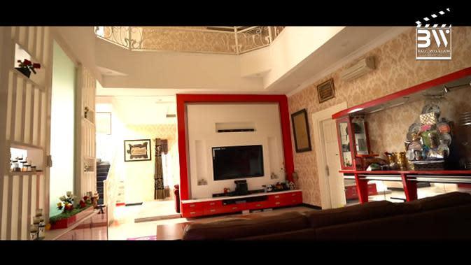 Ruang santai dan ruang keluarga. Tempat ini biasa digunakan buat santai bersama anak-anaknya atau saudaranya saat berkumpul. (Youtube/Boy William)