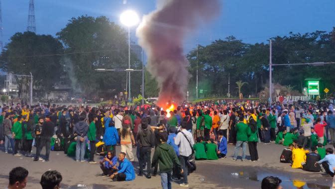 Para pendemo di Palembang membakar ban di tengah jalan di simpang lampu merah DPRD Sumsel (Liputan6.com / Nefri Inge)